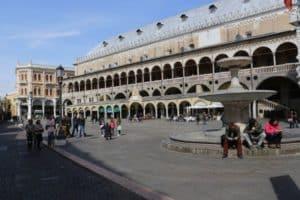 Padova piazza delle Erbe, escrusione a terra per crocieristi sbarcanti al terminal crociere di Venezia, servizio privato proposto da Pantarei Chauffeur service