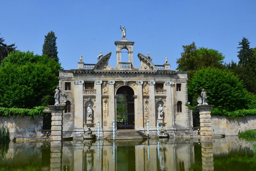 Baroque garden Villa Barbarigo in the Venetian hills. o visit during a private tour with a professional driver