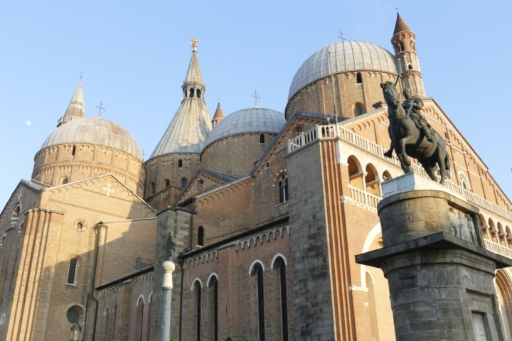 Basilica of St Anthony. Booking form for a private transfer with professional driver from Venice and Treviso airports