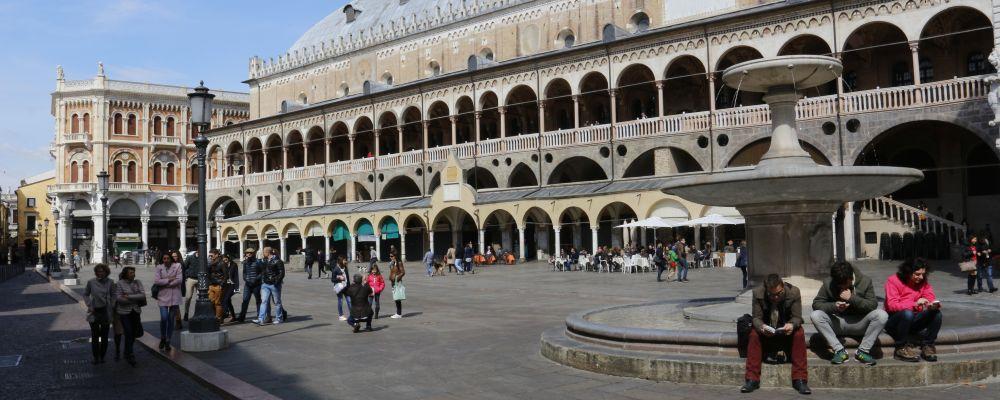 Padoue, place des herbes. Formulaire de réservation pour un transfert privé, service VTC, des aéroports de Venise et de Trévise.